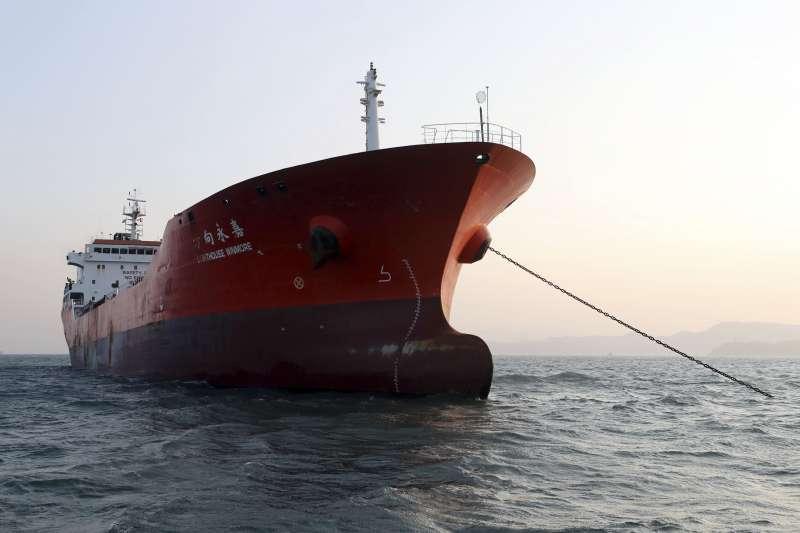 南韓媒體指稱台灣「比利恩油品集團」(Billions Bunker Group)租用香港籍油輪「方向永嘉號」(Lighthouse Winmore)在公海上向北韓船隻交運約600噸油品(AP)