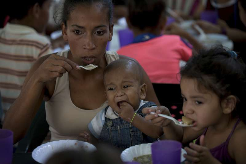 委內瑞拉民窮財盡,許多民眾仰賴救濟維生(AP)