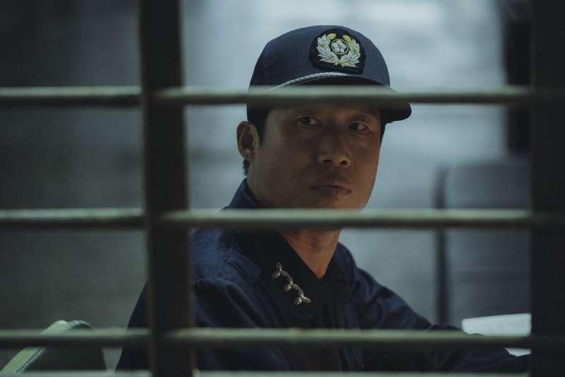 《1987:黎明到來的那一天》在台熱映,劇中主角遭受的不人道刑求,在台灣也曾真實發生。(圖/車庫娛樂提供)
