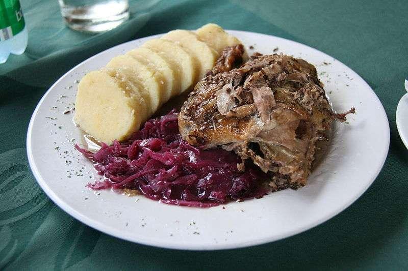捷克的食物對於一般台灣人來說可能比較不熟悉,但卻是難得的美味,從前菜、主食吃到甜點,這篇文教你一次讀懂捷克人的胃!(圖 / Tamorlan @wikimedia commons)