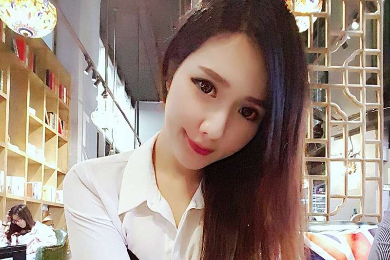 這位新加坡女模在唱KTV時頭痛、半身發麻,送醫後發現是腦動脈瘤破裂,3天後不幸喪命。(圖/ luvhatestell@instagram)