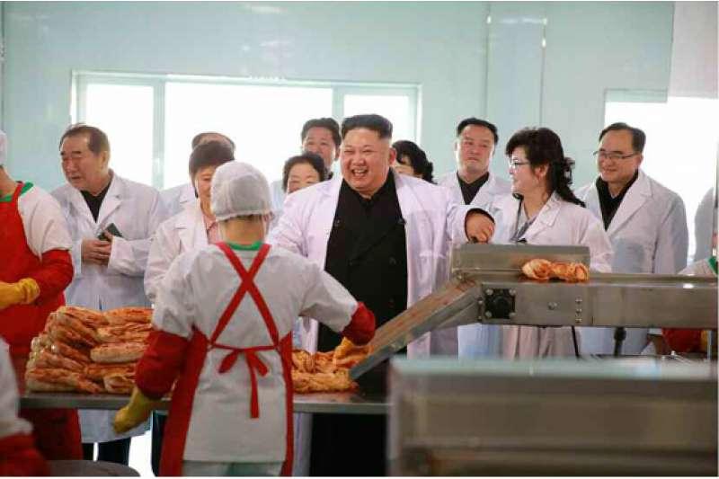 2017年1月,金正恩視察位於平壤郊區的「柳京泡菜廠」。(取自勞動新聞)