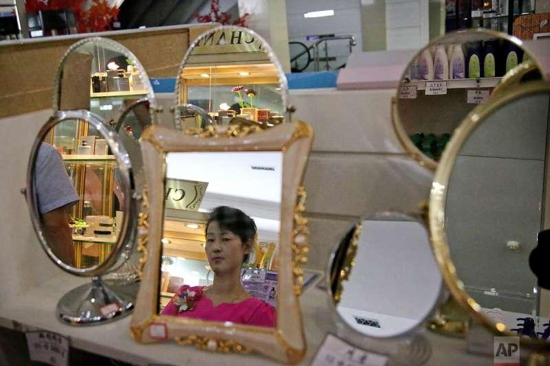 北韓百貨公司內琳瑯滿目的商品。(美聯社)