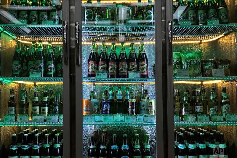 北韓百貨公司超市內的冰箱擺滿各式啤酒。(美聯社)