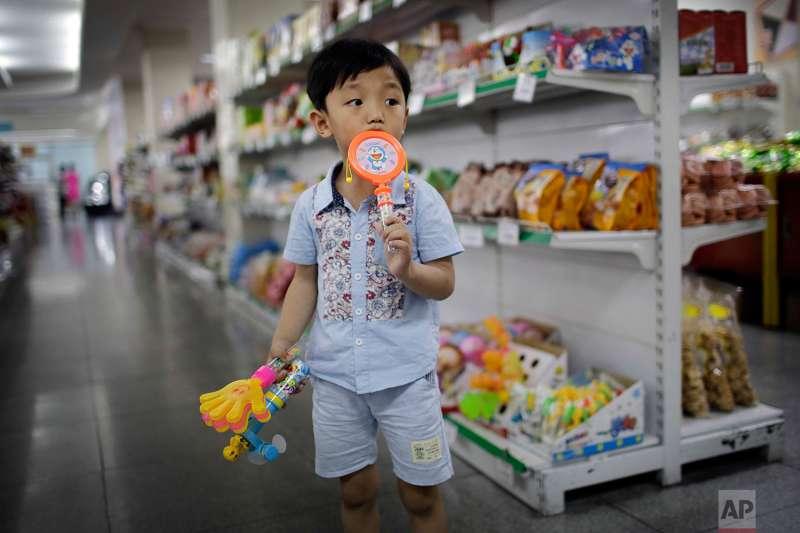 北韓百貨公司內的超市。(美聯社)