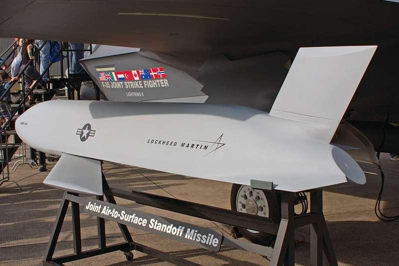 2017-12-31-裝載於F-35戰機上的AGM-158 JASSM遠程飛彈。(Wikipedia/Public Domain)