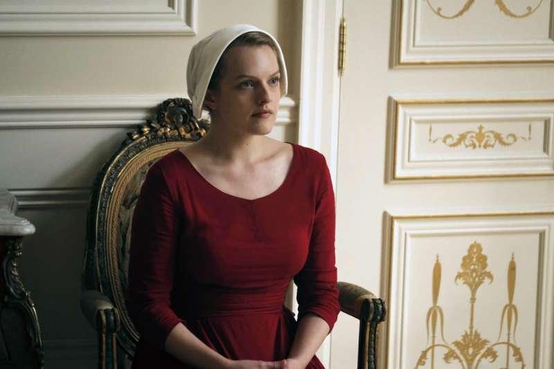 美國影集《使女的故事》描繪宗教極權下女性被完全控制的反烏托邦世界。(美聯社)