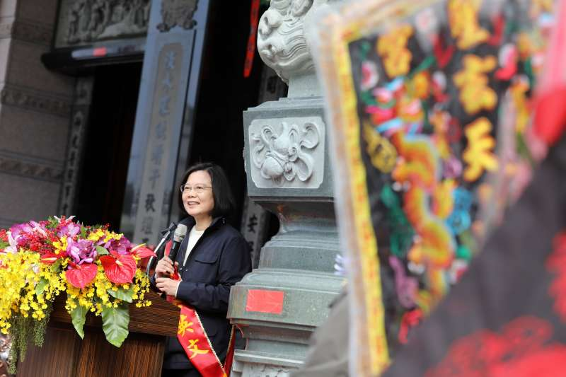 總統蔡英文1日赴新北市五股區賀聖宮參加安座大典,表示今年的目標是解決低薪。(資料照,取自總統府)