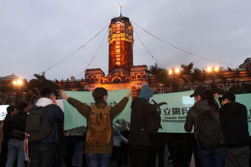20180101- 107年元旦總統府升旗音樂會清晨登場,現場有民眾持台獨、婚姻平權的旗幟表達訴求。(蘇仲泓攝)