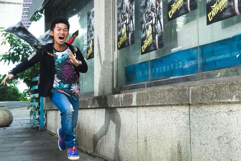 一部以「熱鬧的搖滾動作喜劇」定位的臺灣電影「衝組」,如果說它是「喜劇」,但其中也未免有太多臺灣人才懂得的沉重。(圖/《衝組》電影@facebook)