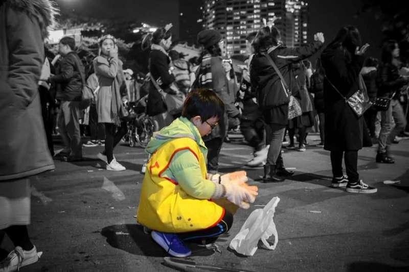 陳姓網友在《爆料公社》PO上台北市環保局與志工清理跨年夜垃圾的畫面,向這些「無名英雄」致上謝意。(圖取自爆料公社)