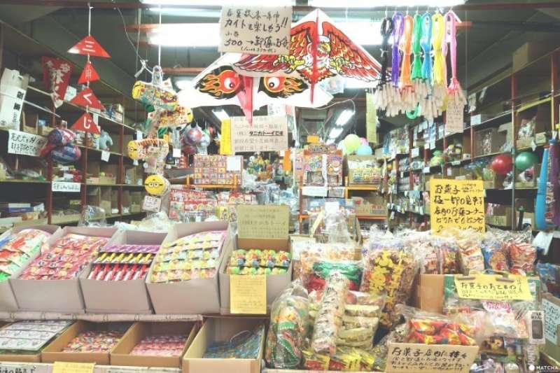 「松屋町筋商店街」是大阪商店街景點,販售帶有懷舊感的玩具、零食,以及新潮的食玩、味覺糖。(圖/MATCHA提供)