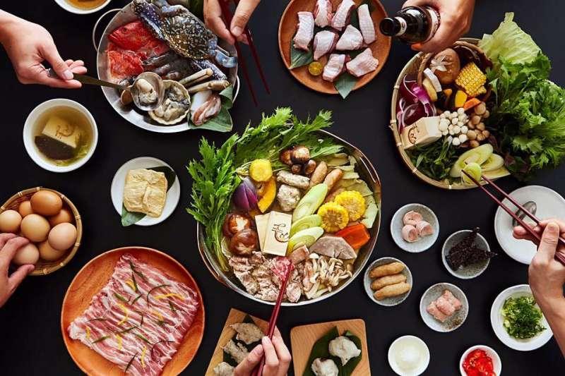 火鍋不同的湯底、食材、肉品組合出不同的風味,台南的火鍋絕不會讓饕客們失望!(圖/翻攝自毛房蔥柚鍋facebook)