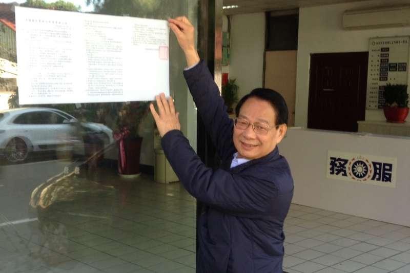 國民黨竹市黨部主委呂學樟2日貼出新竹市長初選領表及提名公告,宣示黨內初選作業正式起跑。(圖/國民黨新竹市黨部提供)