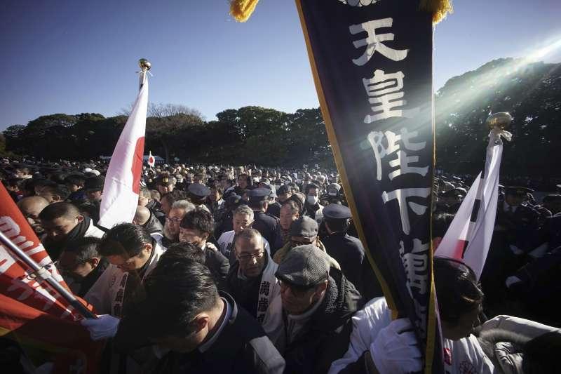 由於日本天皇明仁將於2019年退位,這次皇室拜年吸引大批民眾參與(AP)