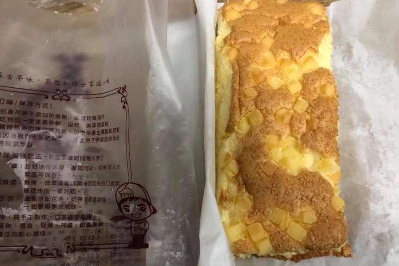 有網友在臉書社團「爆怨公社」PO文,去買蛋糕時連內包裝都沒有,客人不是多花1元買塑膠袋,就是多花10元買紙盒,質疑新政策根本是圖利店家!此番說法也引發兩派網友論戰。(取自爆料公社)