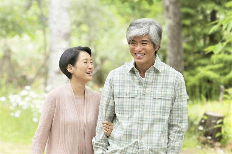 研究人員分析5萬多名50歲以上民眾,發現服用維他命D和鈣質補充錠,似乎無法降低骨折的風險。(圖/WOWOW@facebook)
