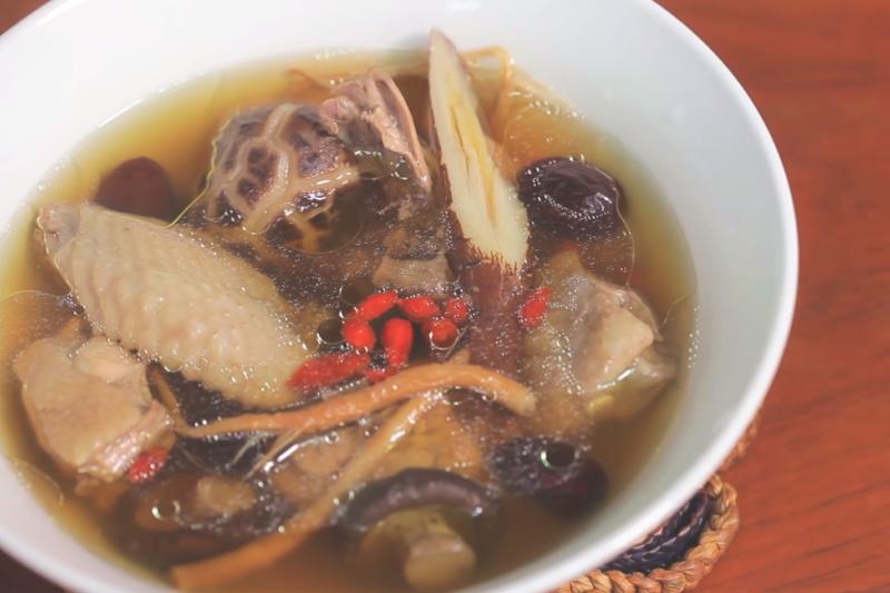 吃火鍋想要吃得健康無負擔,湯底的選擇很重要,教你5 種養生又美味的湯底,簡單又方便在家DIY喔!(圖/媽媽經MamaClub@youtube)