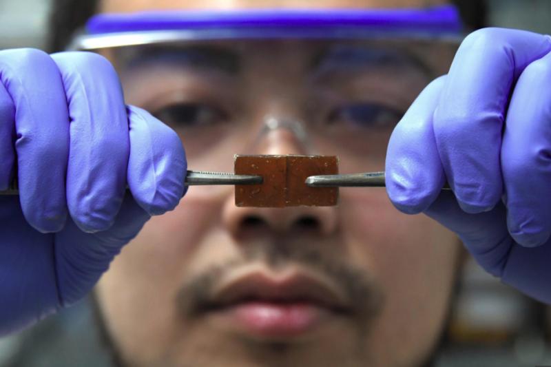日本東京大學研究員柳澤佑意外研發出一款全新的玻璃材質,破裂之後竟能癒合!(圖/ afpde@youtube)