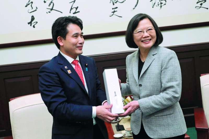 蔡英文(右)接見瀧波宏文(左)一行人,高調呼籲「加強安全戰略上的合作關係」。(總統府提供)