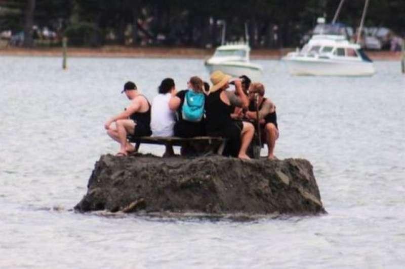 一群慶祝新年的紐西蘭人建造了一個小島,以規避當地不准在公共場所喝酒的禁令。(BBC中文網)