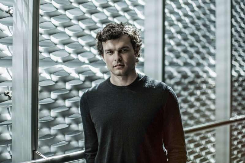 《星戰外傳:韓索羅》由演出《藍色茉莉》、《凱薩萬歲!》的28歲男星艾登艾倫瑞克擔綱。(取自IMDb)