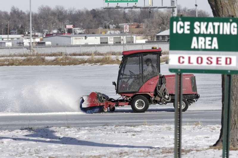 美國中西部內布拉斯加州的林肯市路面積雪,波提斯(Jim Portis)開著鏟雪車剷雪(AP)