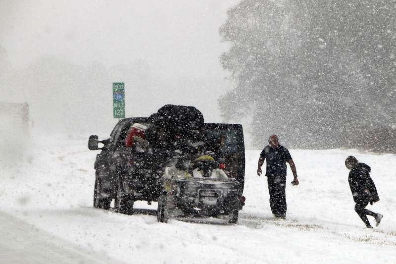 美國東南部喬治亞州第四大城薩凡納(Savannah)3日下了8年來第一場雪(AP)
