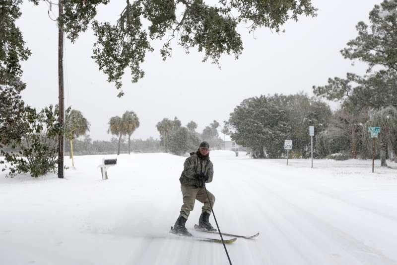 美國東南部南卡羅來納州3日下起了雪,一名男子正在滑雪(AP)