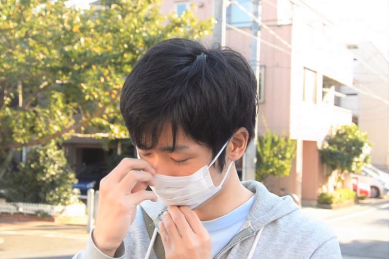 一名男子因久咳不止,檢查後發現竟是罹患「菜瓜布肺」!醫師揭密病因就在環境裡。(示意圖,非當事人/MrAtsugicity@youtube)