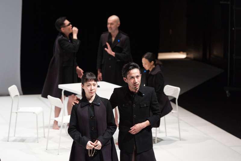 王嘉明的最新劇作《1984,三姐妹一家子的日子》翻玩知名文學作品與劇本,並且與日本跨國合作,十分大膽。(圖/莎士比亞的妹妹們的劇團 提供)