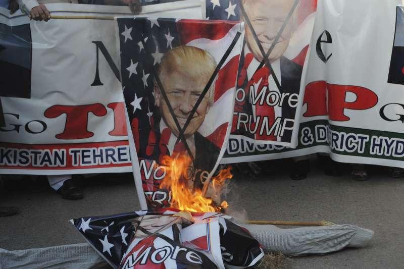 美國總統川普1日在推特砲轟巴基斯坦反恐不力,巴基斯坦南部海得拉巴(Hyderabad)民眾2日焚燒印著川普肖像的旗子抗議(AP)