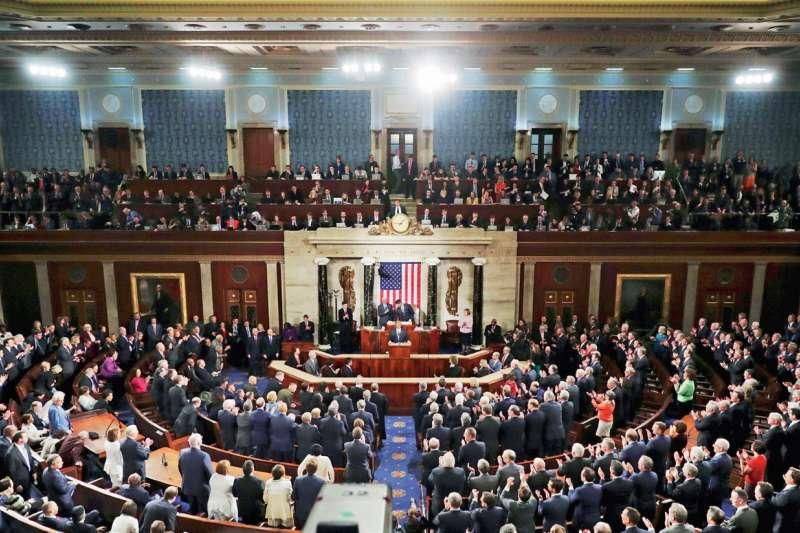 西方政黨賴以維繫的體制是選舉式民主,國家權力透過選舉進行轉移和分配;而中共建立的政治體制屬於威權體制,一黨執政是基本特徵,權力只能在執政黨內部分配,且黨居於絕對的主導地位,是廣義政府的領導者和構成主體。(多維觀點提供)