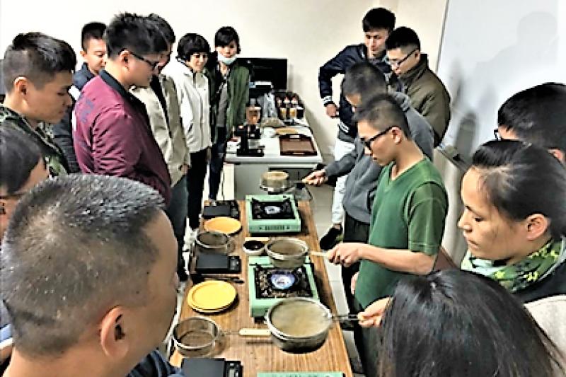 圖為育達科大於營區教學點教授咖啡概論課程。(圖/育達科技大學提供)