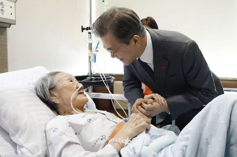 2018年1月4日,南韓總統文在寅走訪首爾的世博蘭斯(Severance)醫院,探望住院的慰安婦阿嬤金福童(AP)