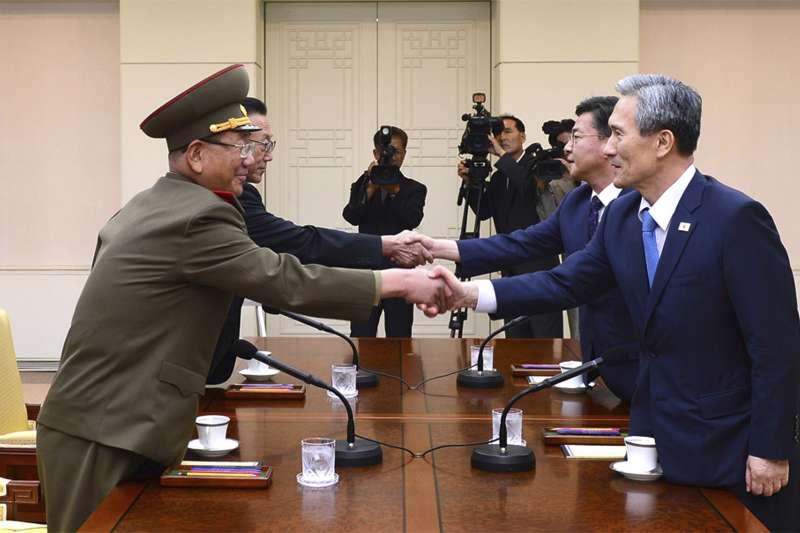 2015年8月22日,南北韓在板門店自由之家舉行高級別會談,左為北韓首席代表黃炳誓,右為南韓首席代表金寬鎮(AP)