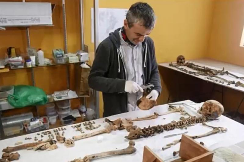 考古學家與專家們花費220小時, 重新建構華美女王的樣貌。(圖/DAILY-TUBE@youtube)