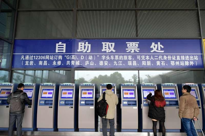 中國江西南昌的旅客在南昌鐵路局南昌西站自助取票處辦理取票。(新華社)