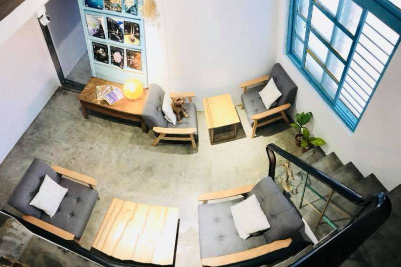 小琉球唯一的書店「小島停琉」日前開幕,老闆陳芃諭說,希望透過書店,傳達愛護海洋和環境的理念。(取自小島停琉臉書)
