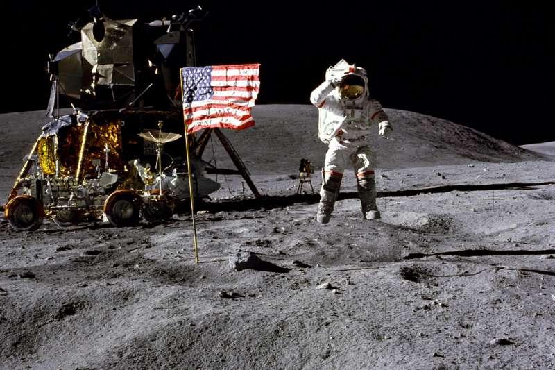 美國太空人楊恩1972年搭乘阿波羅16號踏上月球,向美國國旗敬禮。(美聯社)