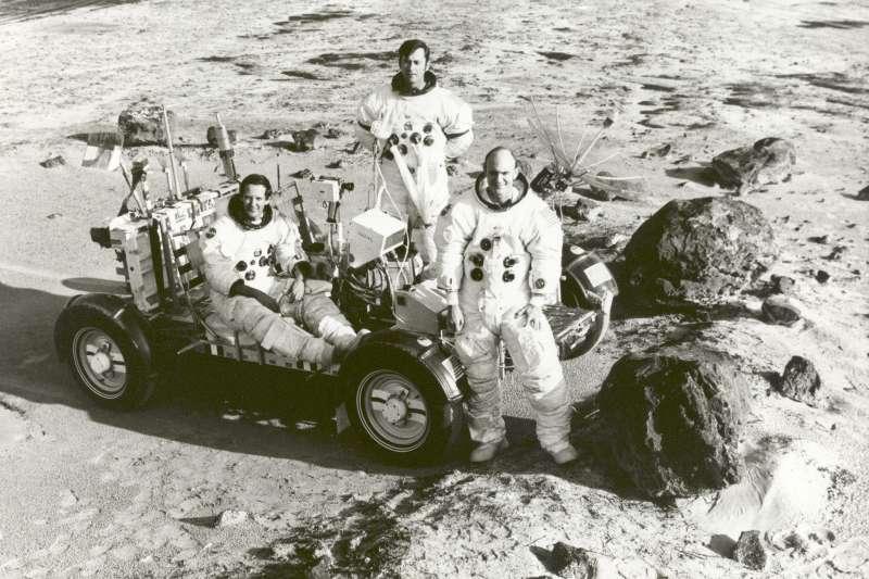 1972年4月20日,美國阿波羅16號太空梭成功登陸月球,並駕駛月球車在月表蒐集數十公斤的岩石標本。由左至右為太空人馬丁利、楊格、杜克。(圖/NASA on The Commons@flickr)