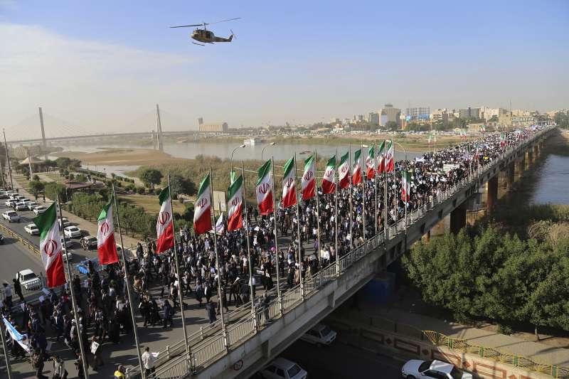 伊朗國營媒體報導,另有數萬人發動「挺政府遊行」。(美聯社)
