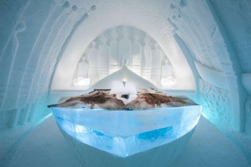 以冰雪打造的全球最大冰屋酒店 Ice Hotel 今年找來了全世界 36 位藝術家打造各種特色藝術房型,每一間都好想住看看啊!(圖/ice hotel FB)