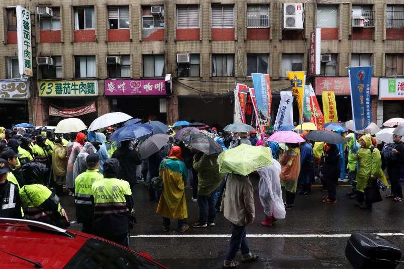 20180108-立法院臨時會預計將處理勞基法修正草案,前往抗議的勞團下午遊行到青島東路上,與警方對峙。(蘇仲泓攝)