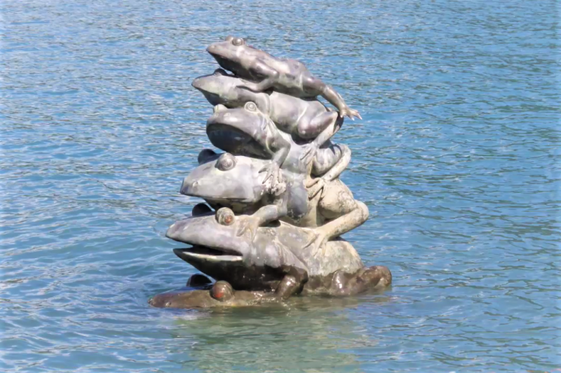 日月潭九蛙銅像是全台最知名的水位指標,但為何九蛙會出現在日月潭裡呢?文史資料中有解答!(圖/jiann-song Wang@youtube)