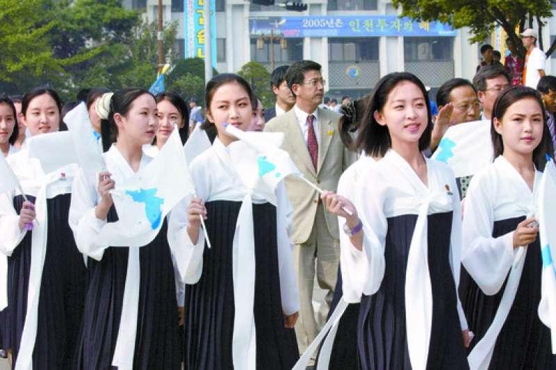 2005年仁川第16屆亞洲田徑錦標賽上的北韓美女啦啦隊,最右方即為據稱當時僅17歲的李雪主。