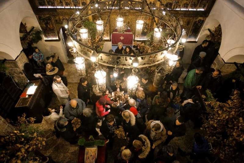 按照儒略曆,1月6日是耶誕夜,塞爾維亞族會聚在東正教堂禱告。(美聯社)
