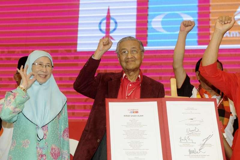 92歲高齡的馬來西亞前總理馬哈地(Mahathir Mohamad,中)與昔日死對頭安華的妻子旺阿茲莎(Wan Azizah Wan Ismail,左)聯袂挑戰今年國會大選(AP)
