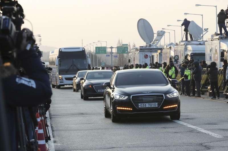 南韓統一部長趙明均為首的談判代表,9日上午抵達板門店附近的統一橋。(美聯社)