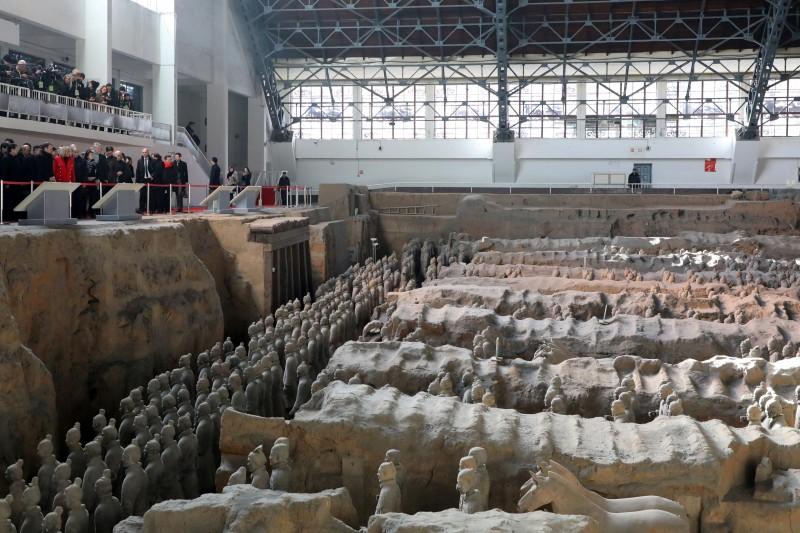 法國總統馬克宏訪中,8日先參訪西安兵馬俑。(美聯社)